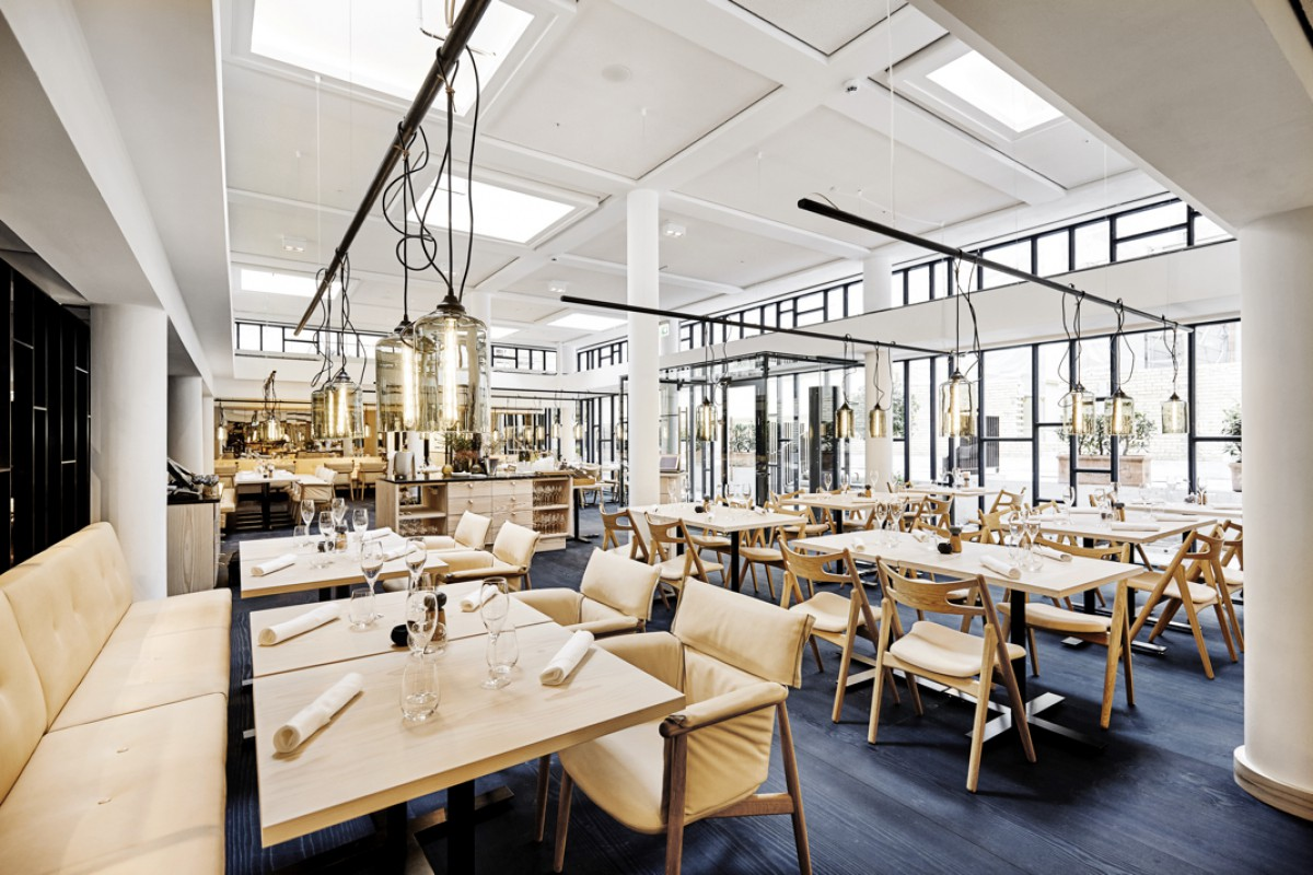 Het Nobis restaurant met de Sawbuch Chair CH29 en de eigentijdse Embrace Chair