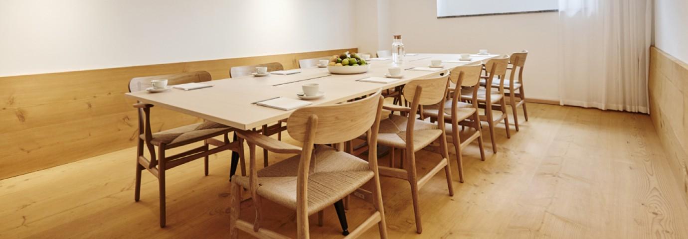 """Ook in de vergaderruimtes vind je de """"klassiekers"""" van Hans J Wegner Victors Design Agency"""
