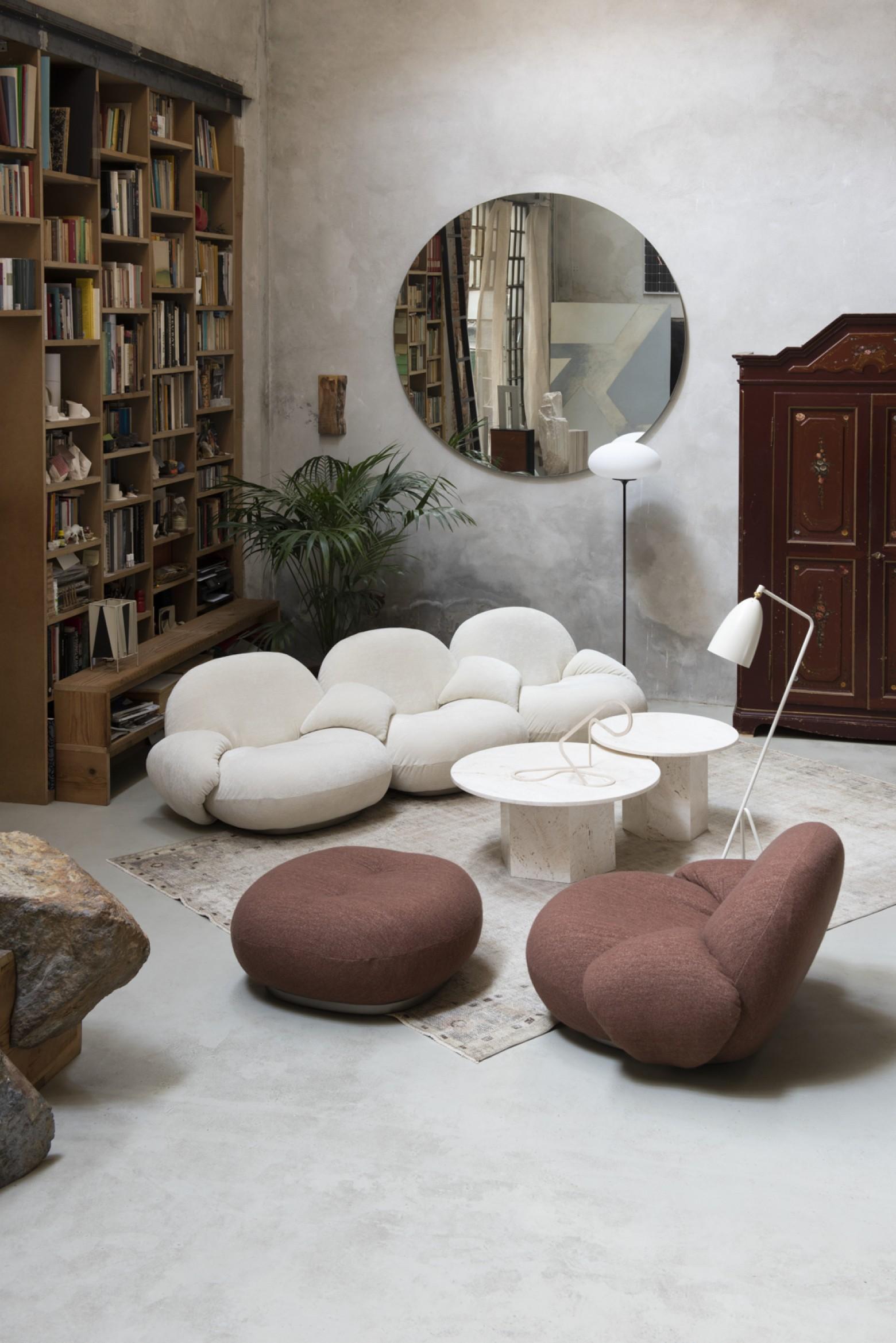 Gubi: Pacha (Pierre Paulin) avec accoudoirs - Tables basses épiques en travertin - Stemlite - Grashoppa - etc. Victors Design Agency