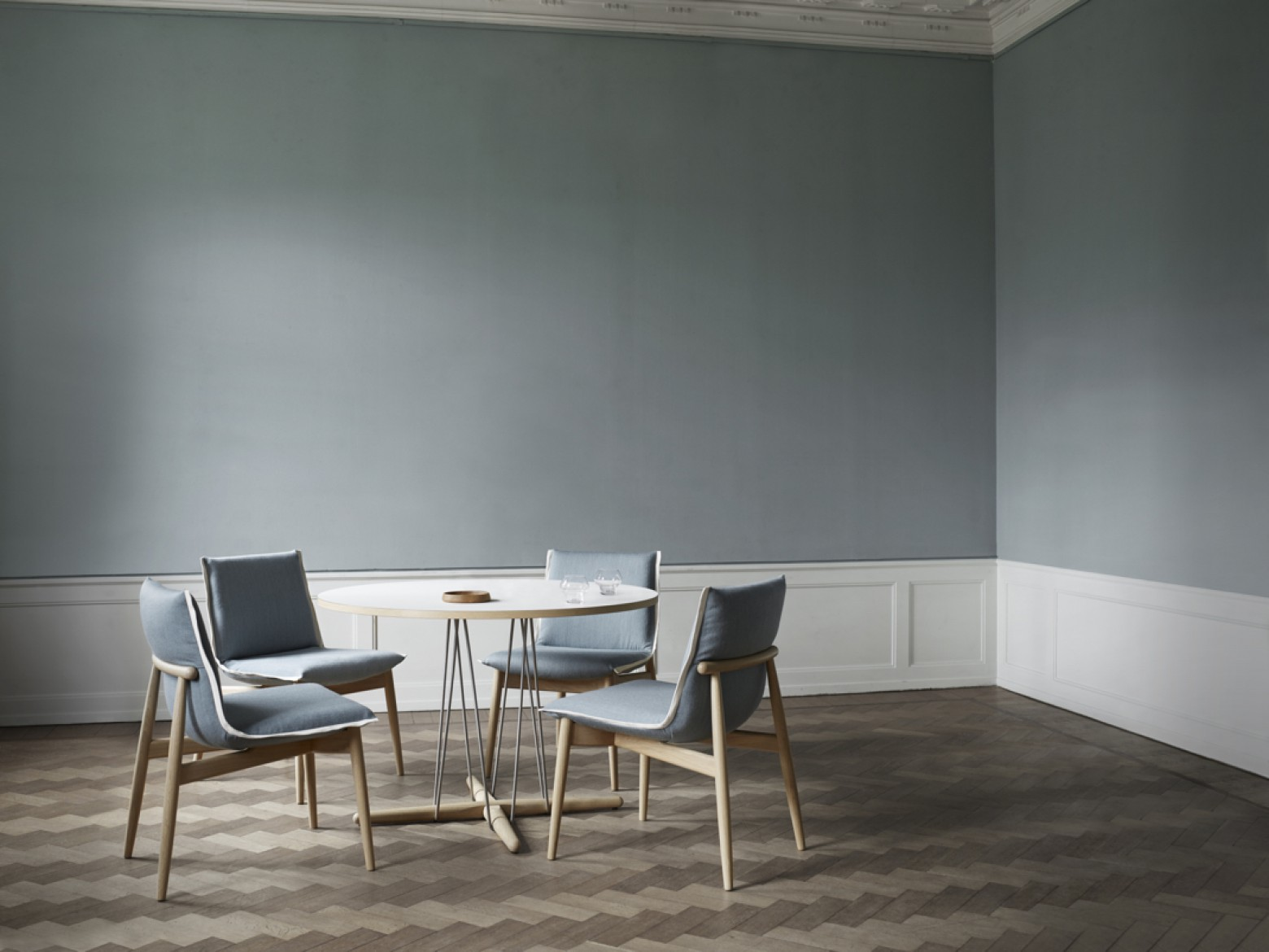 Embrace dining chair met Embrace dining table: NIEUW  Victors Design Agency