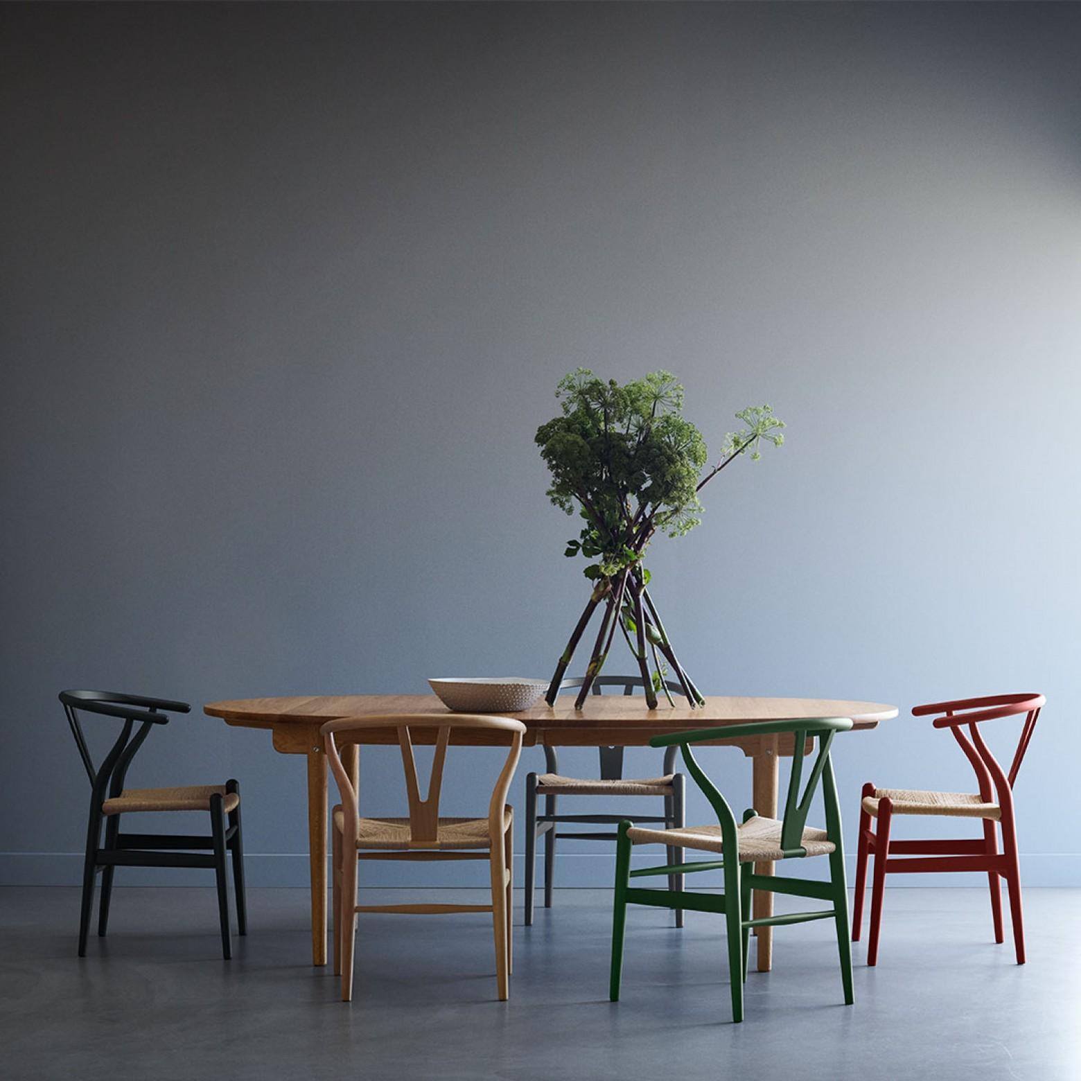 CH24 en version mate combinée avec la chaise CH24 en chêne naturel Victors Design Agency