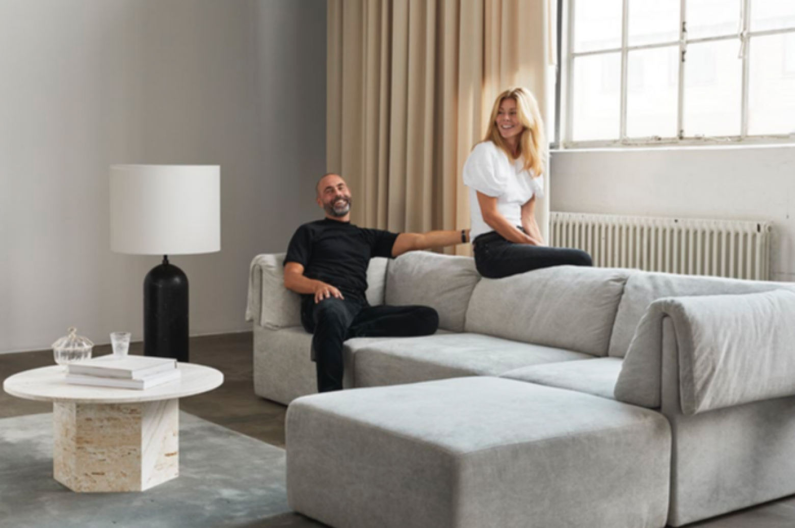 De designers Space Copenhagen in hun Wonder Sofa Victors Design Agency