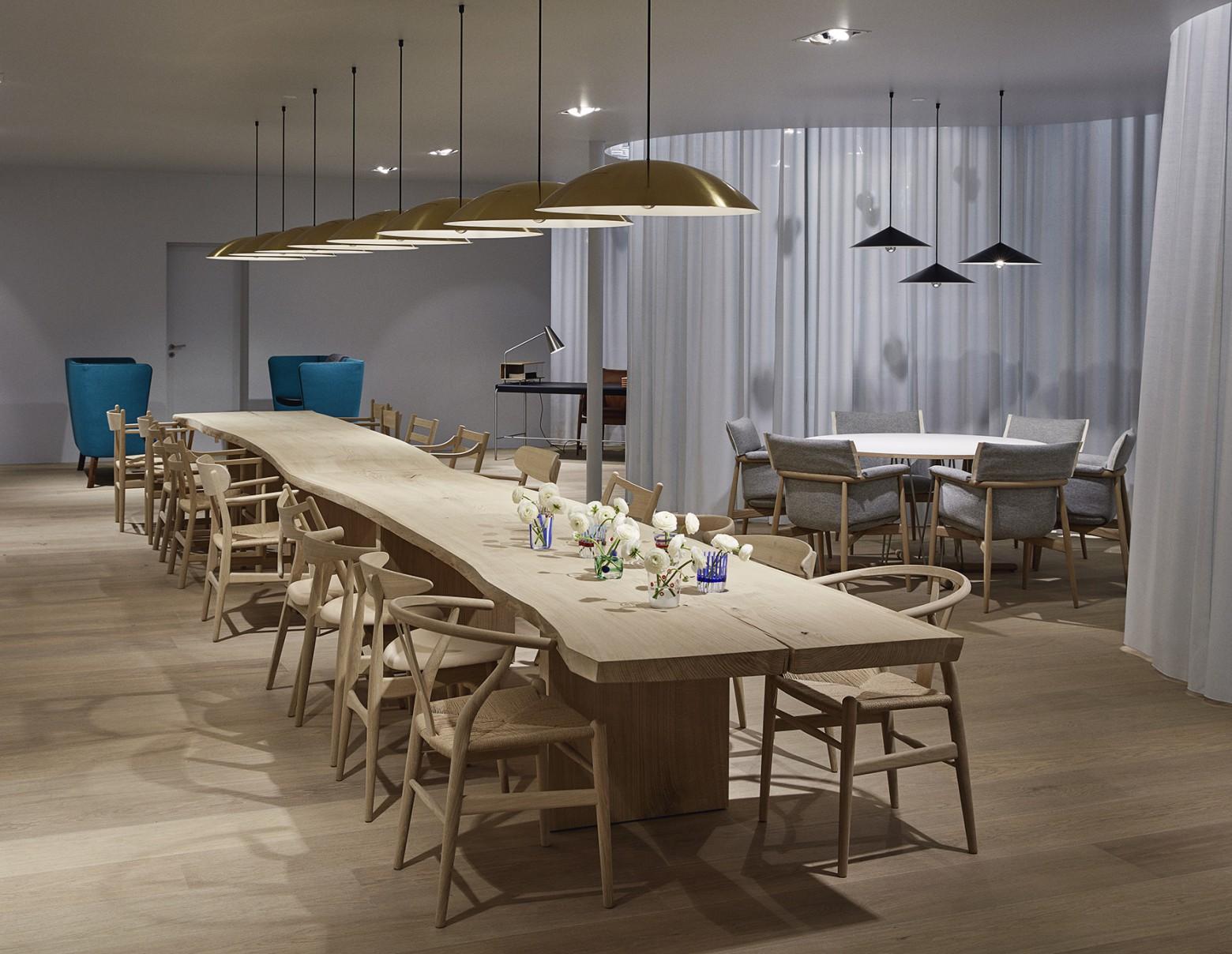 Carl Hansen & Son stoelen collectie op een rijtje in Milaan...  Victors Design Agency