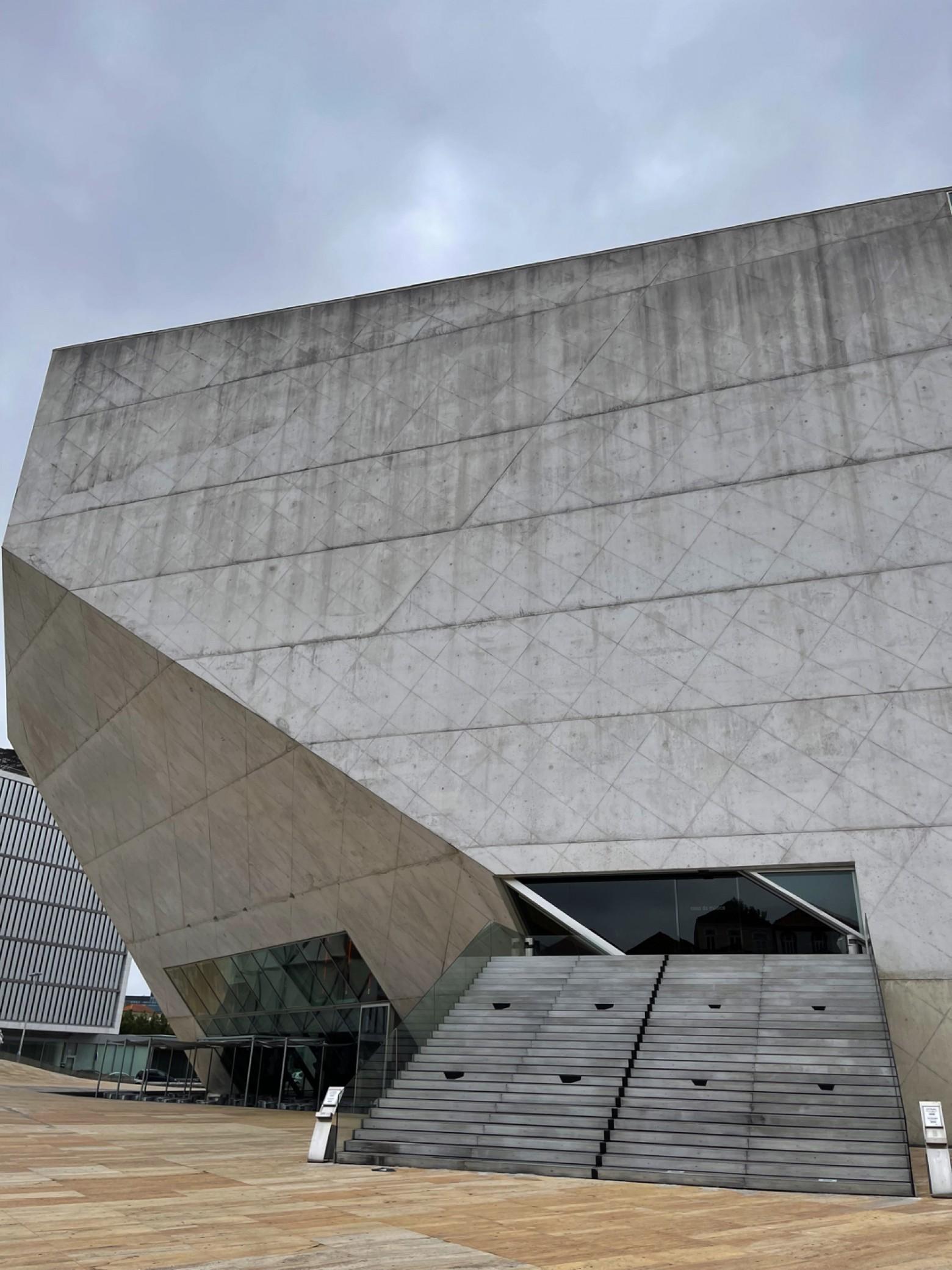 Visueel imposante toegang van Casa Da Musica in Porto  Victors Design Agency