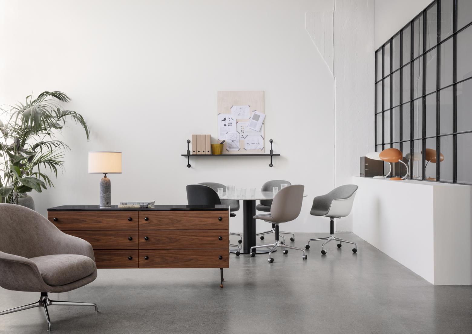 Du mobilier Gubi dans un environnement bureau Victors Design Agency
