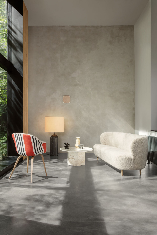 STAY Sofa 190 cm L in natuurlijk materiaal sheepskin....   Victors Design Agency