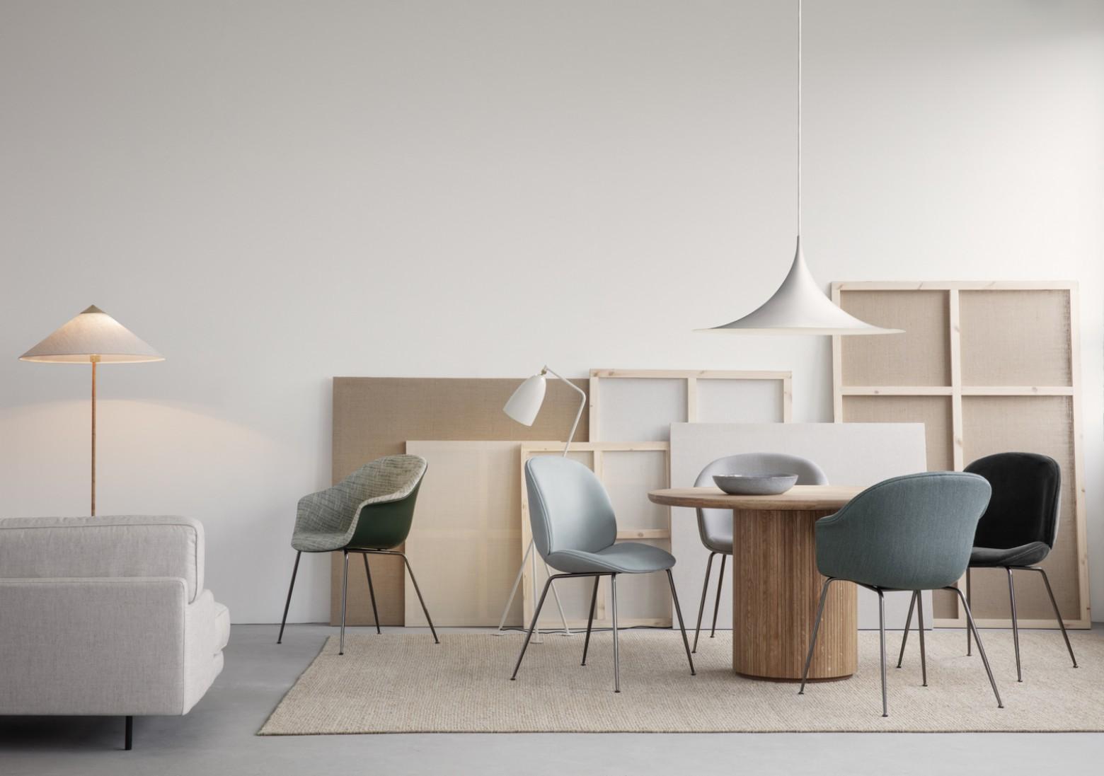 Iconische Beetle en Bat stoelen van GamFratesi: onderling combineerbaar  Victors Design Agency