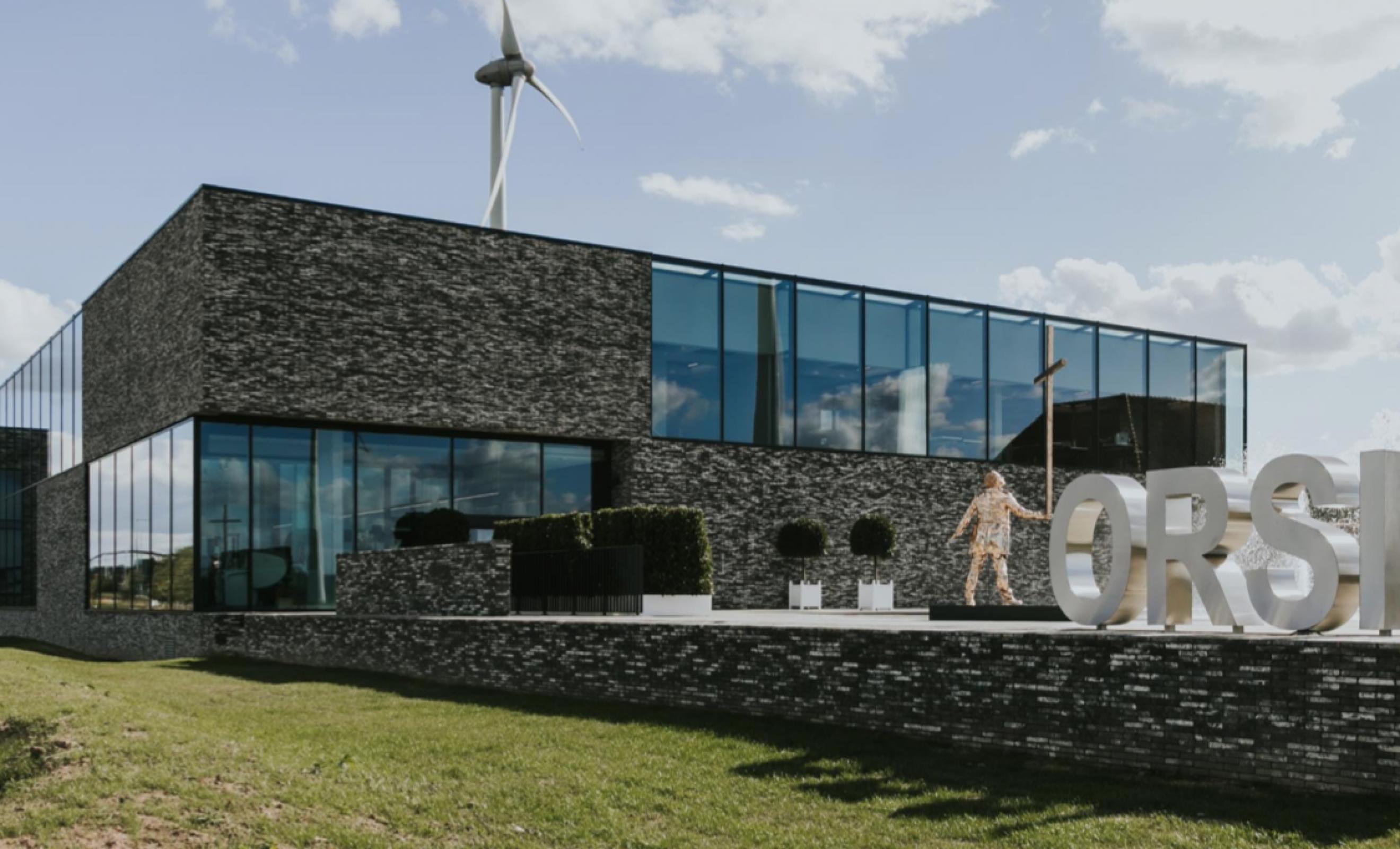 Le bâtiment ORSI le long de la E40 entre Gand et Wetteren .... Victors Design Agency