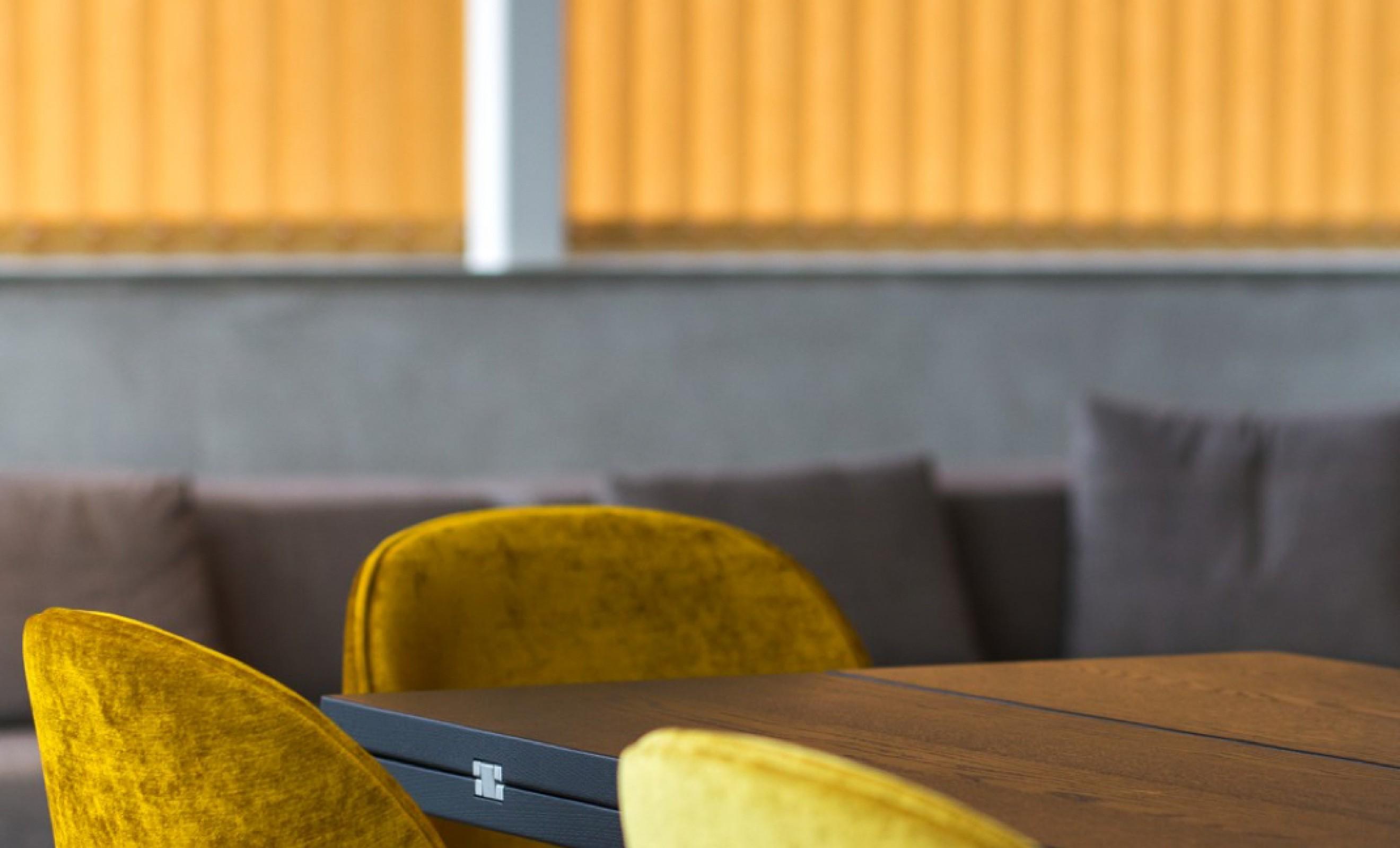 Gubi Beetle Dining Chair in mooi geel velours  Victors Design Agency