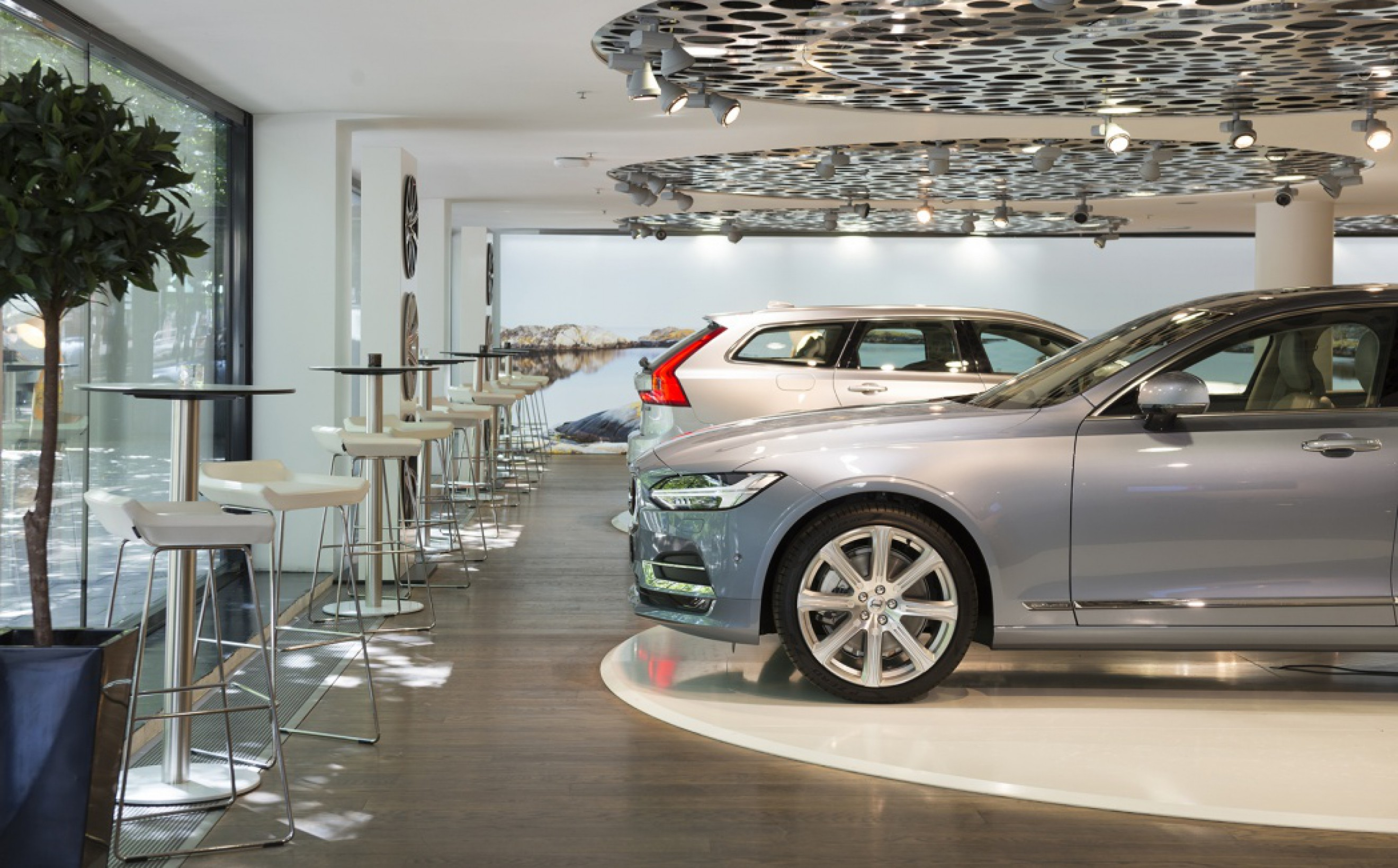 Swedese ibarstoelen wit leder in Volvo showrooms.  Victors Design Agency