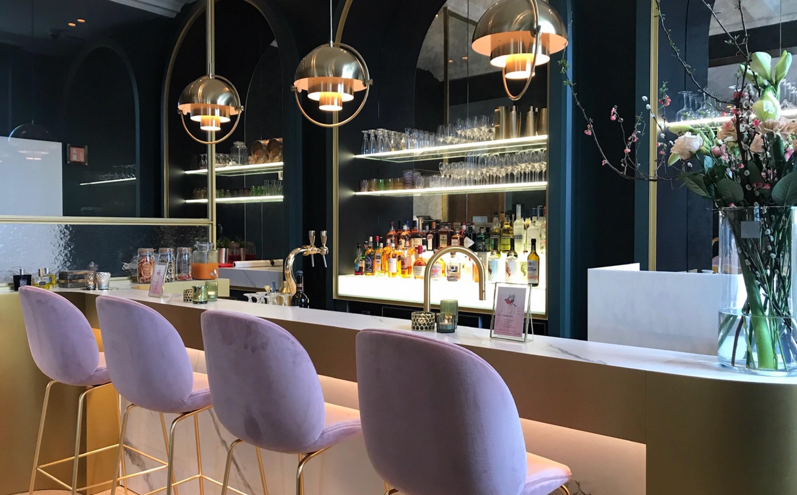 Mania-K met  Gubi producten : Beetle barstools en Multilite hanglampen  Victors Design Agency