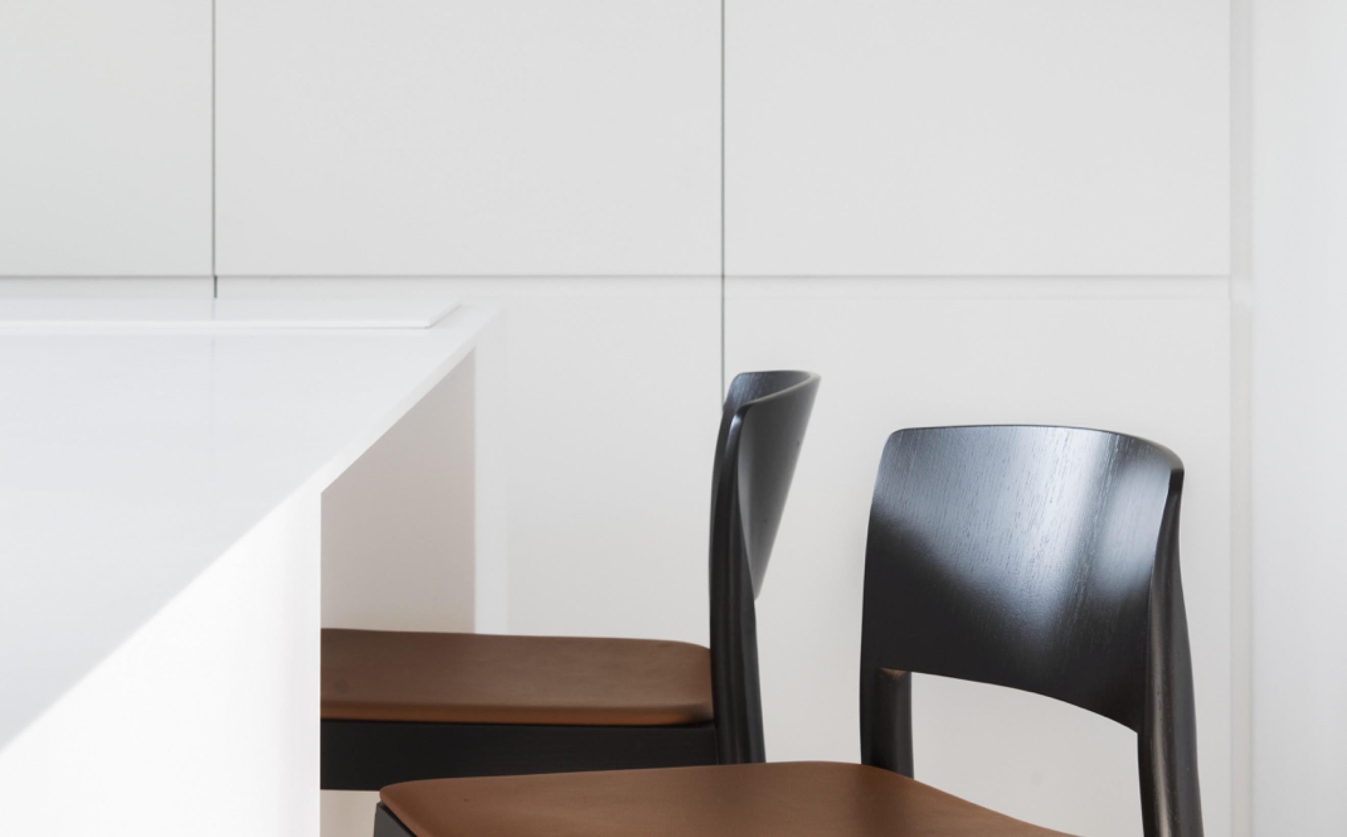 Grace barstool zwart hout lederen zit zithoogte 63 cm of 79 cm Victors Design Agency