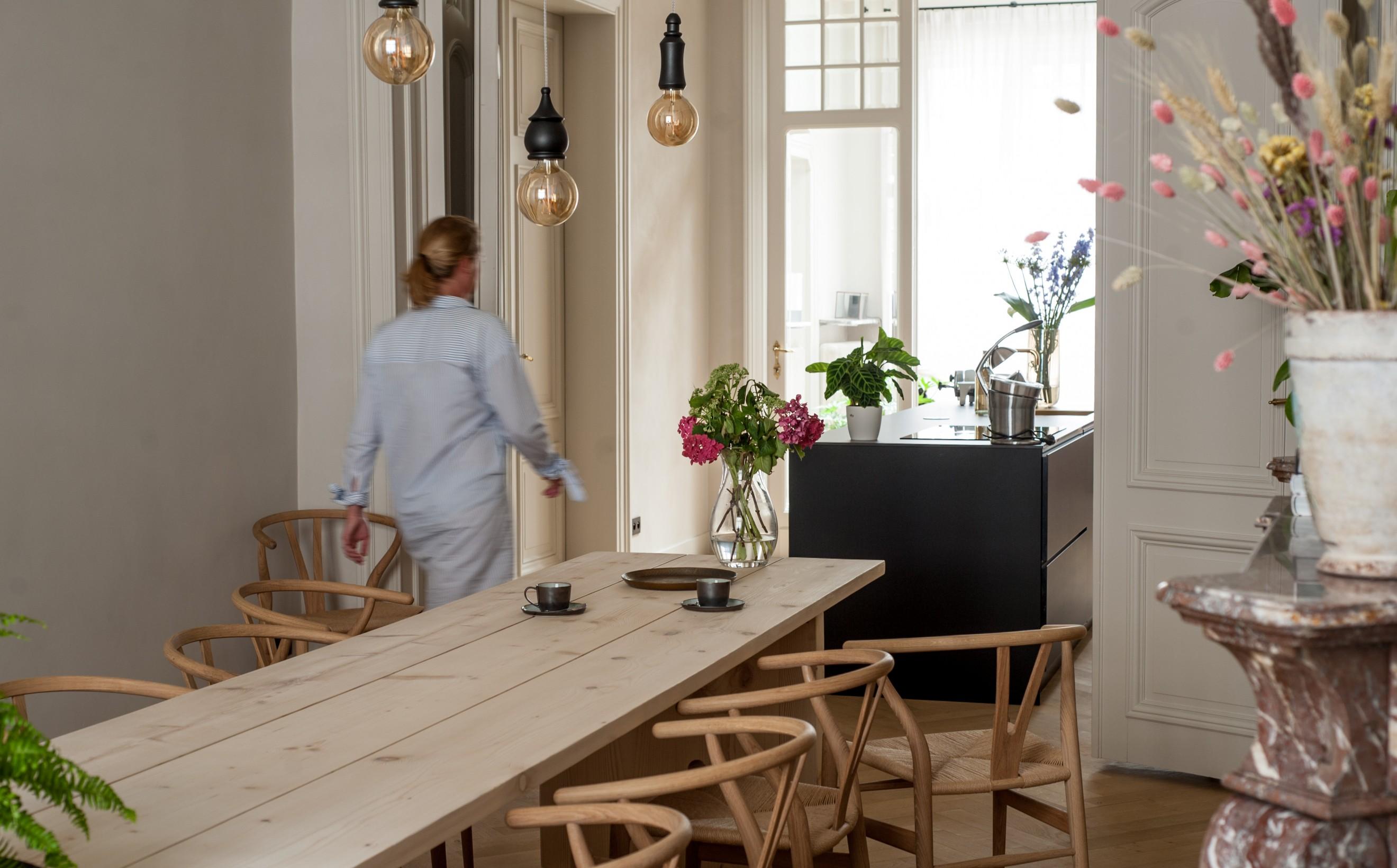 Salle à manger élégante et contemporaine, assise sur la chaise CH24 Wishbone Victors Design Agency