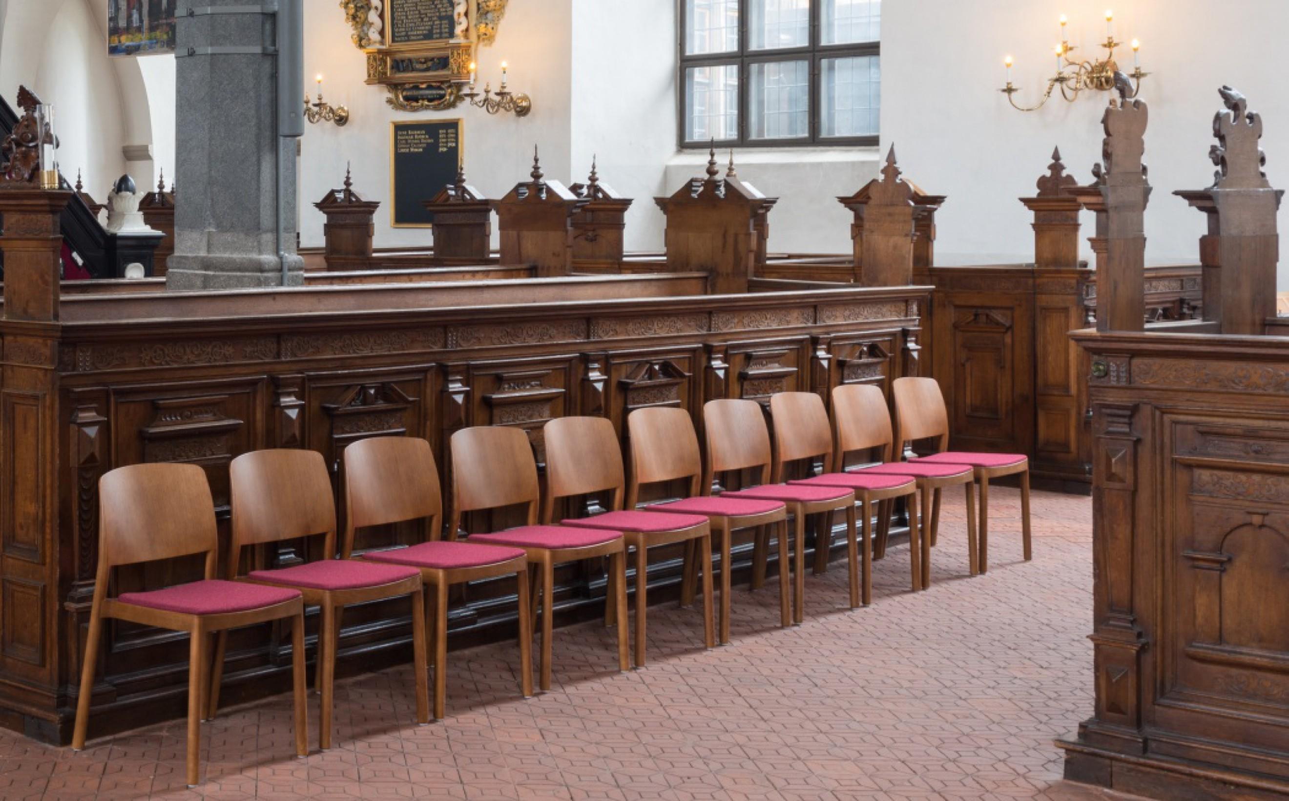 Kleur van de GRGRACE stoel werd aangepast aan bestaande, historische kerkinrichting Victors Design Agency