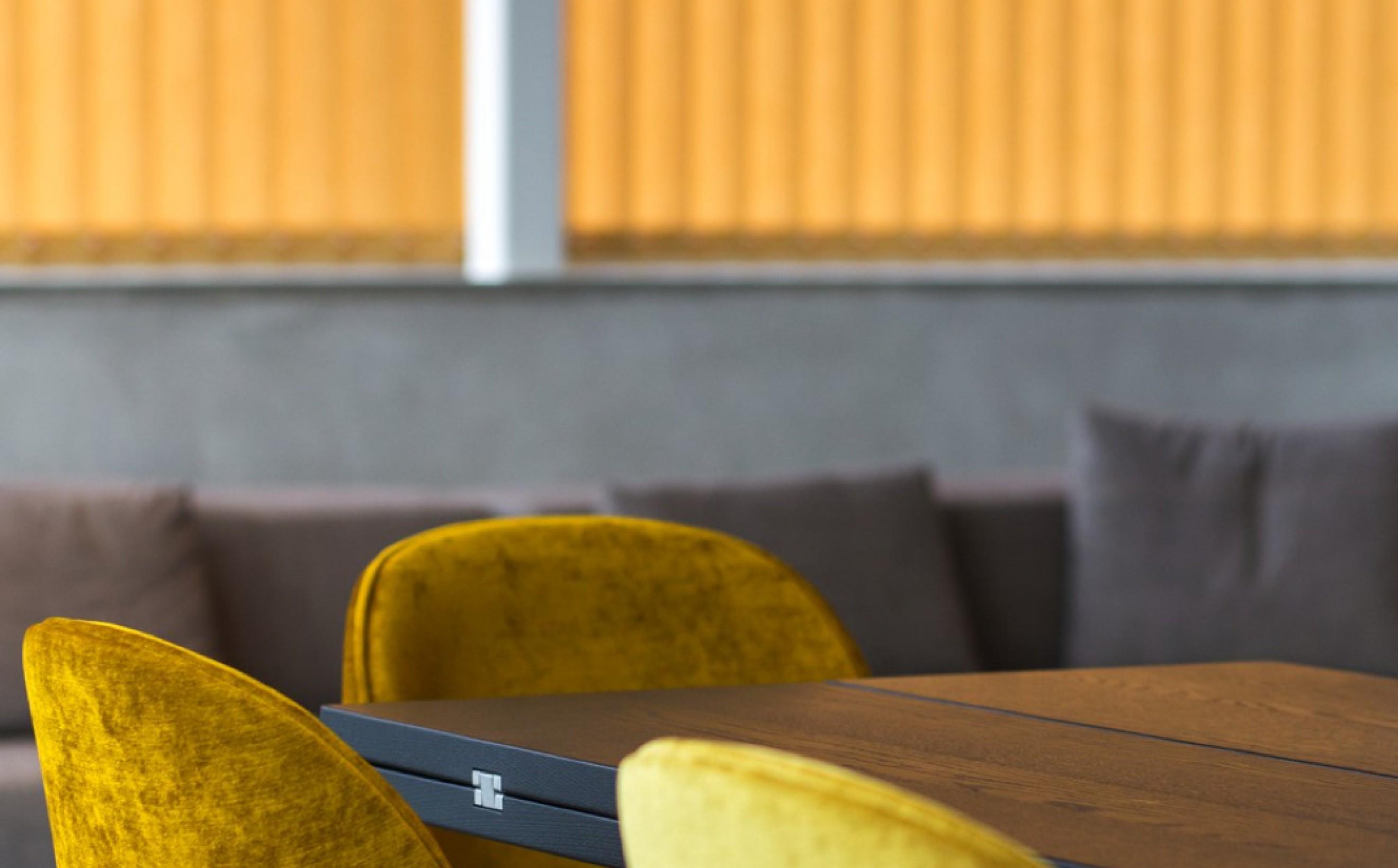 Chaise Gubi Beetle Dining en beau velours jaune Victors Design Agency
