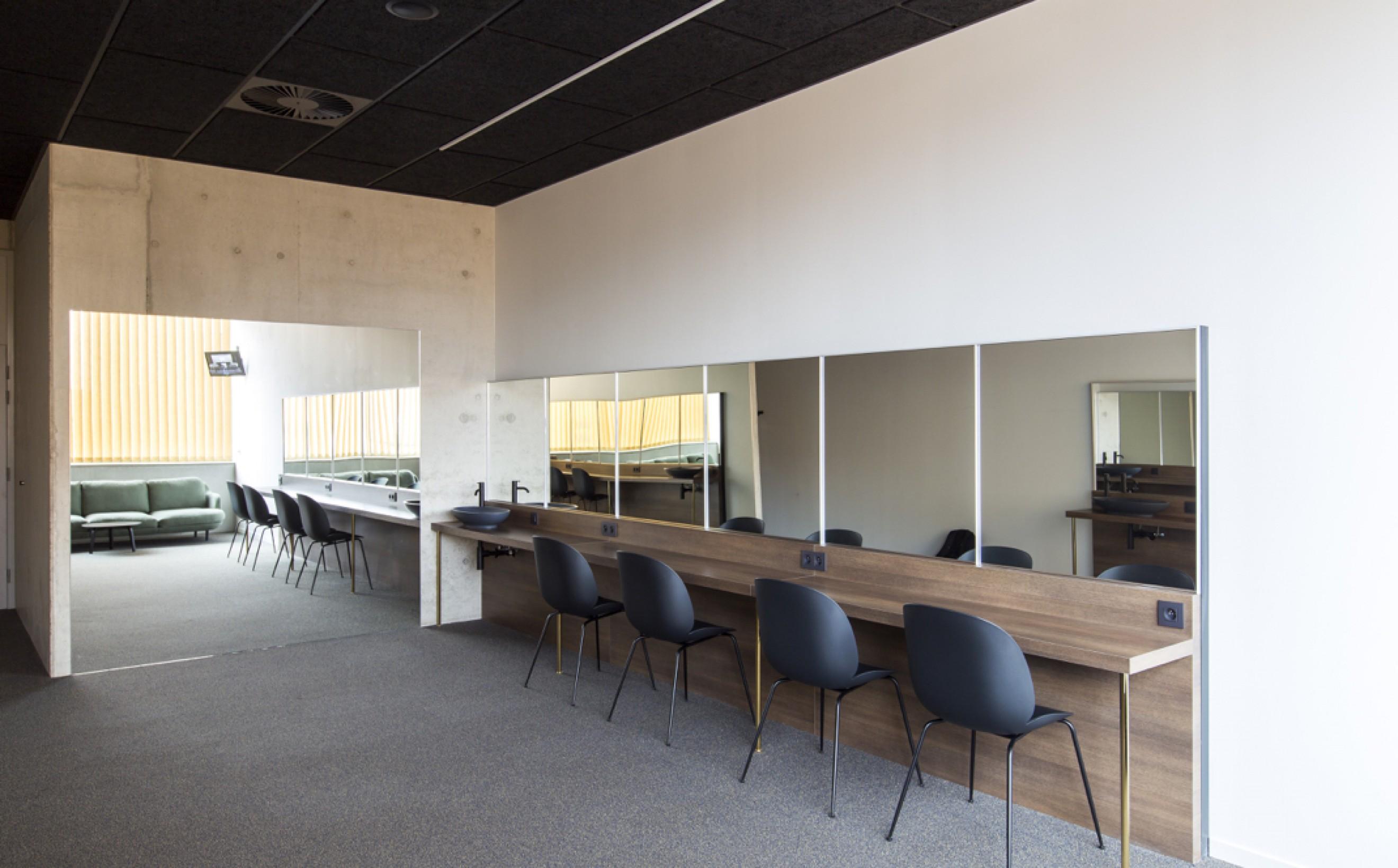Gubi Beetle Chairs in de artiestenloges van cultuurhuis de Warande in Turnhout  Victors Design Agency