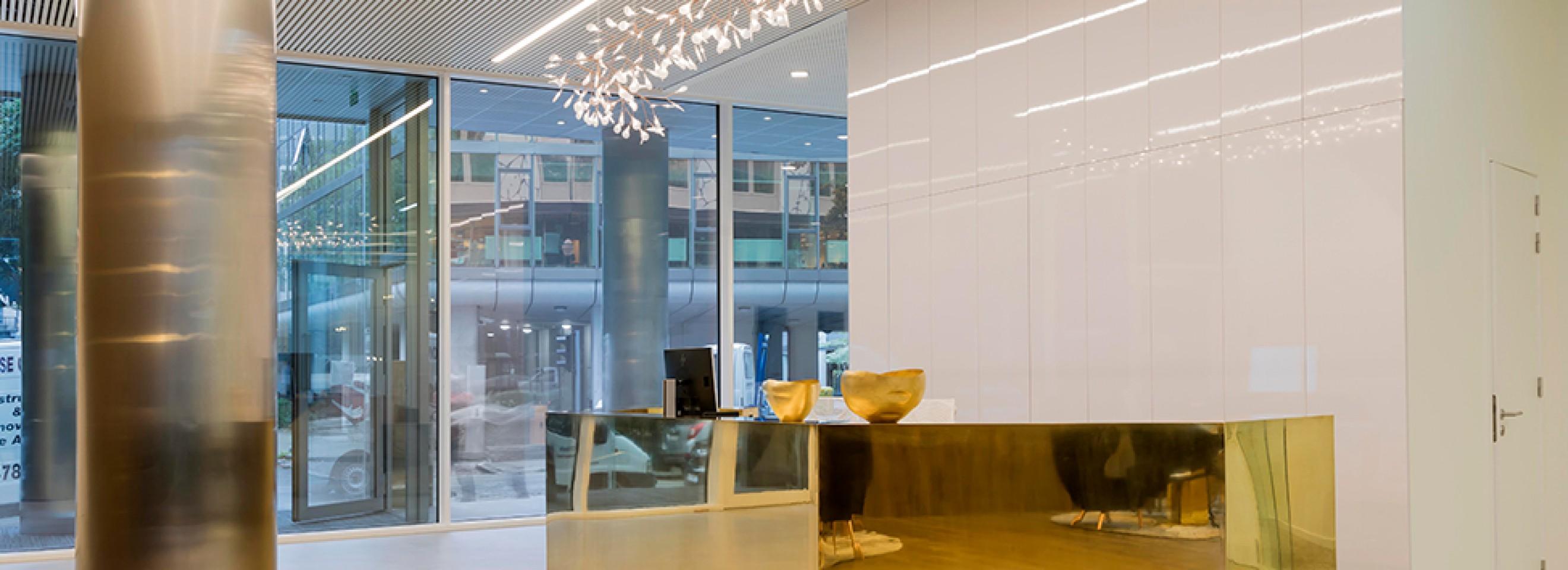Heracleum Endlesl lamp boven de ontvangstbalie van Treesquare Victors Design Agency