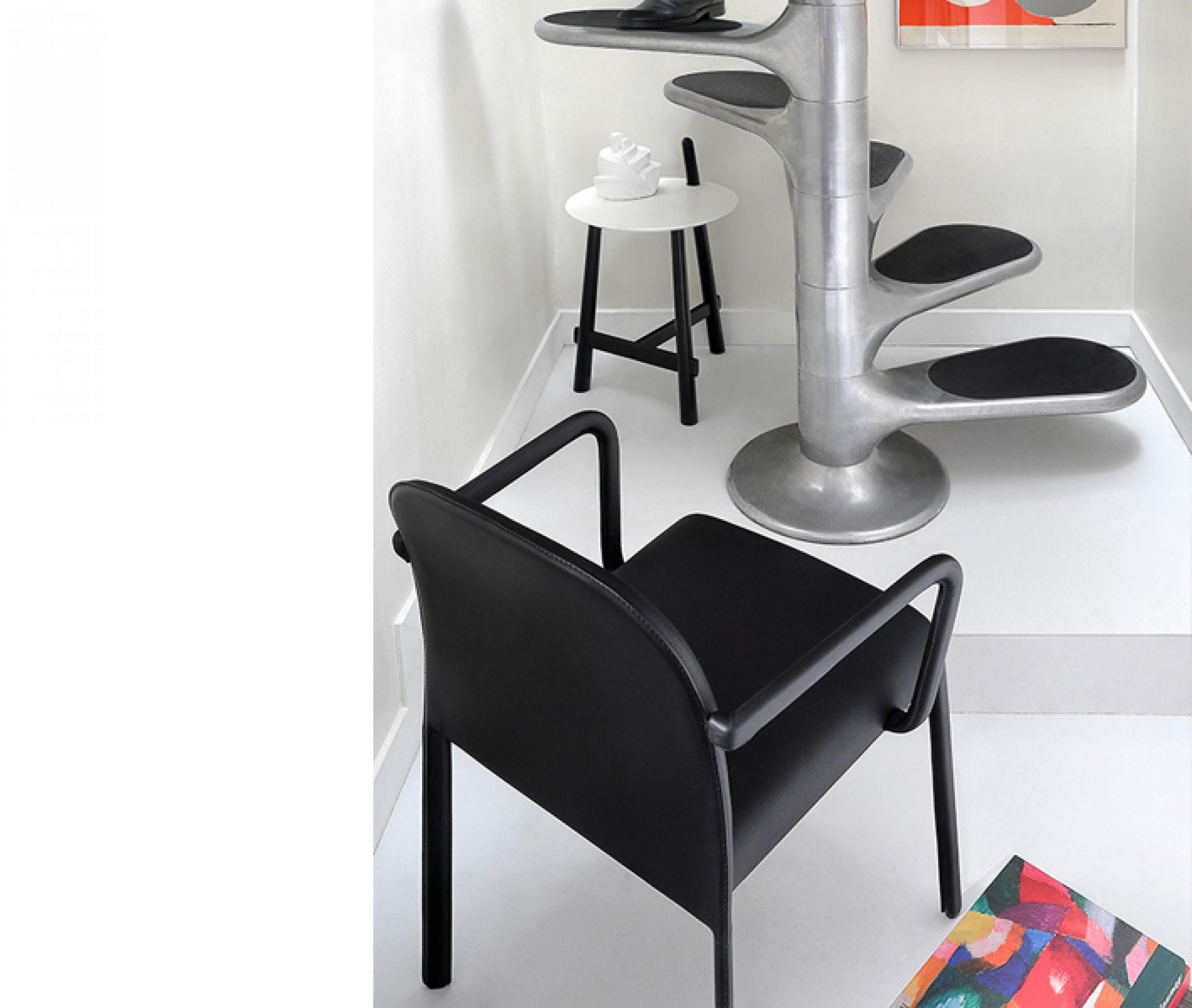 Scala chair met armleuningen: een alternatief voor de CAP chair van Cassina...  Victors Design Agency