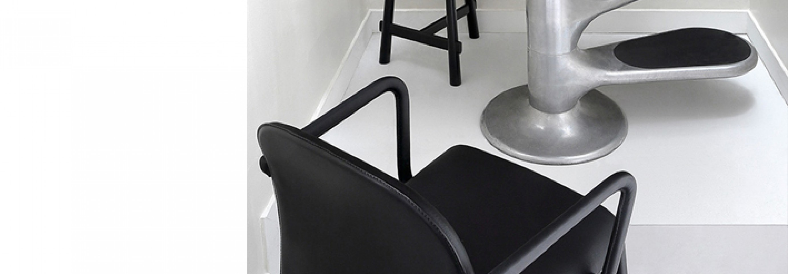 Scala chair met armleuningen: een alternatief voor de CAP chair van Cassina...  Victors Design Agency