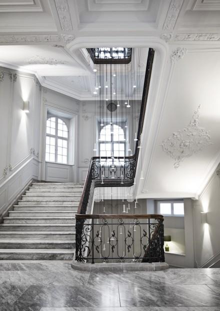 De imposante hal van hotel Nobis in uitgezuiverd Deens classicisme Victors Design Agency