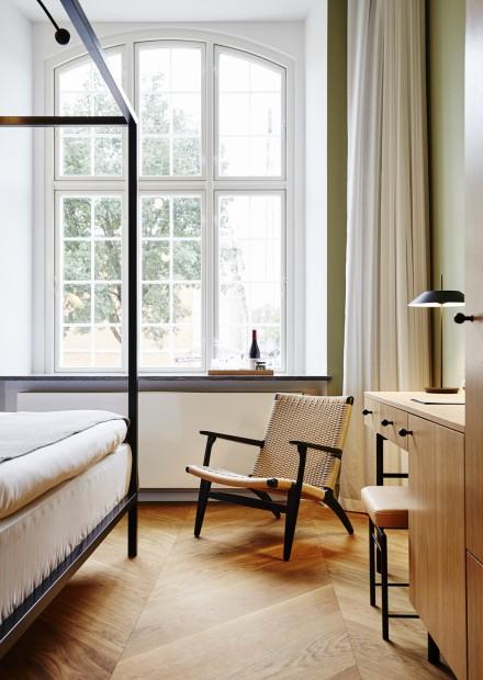 De CH25 (design 1950, Hans J Wegner) siert de luxe kamers... Victors Design Agency
