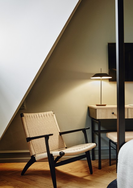CH25 lounge chair in zwarte eik en naturel koord Victors Design Agency