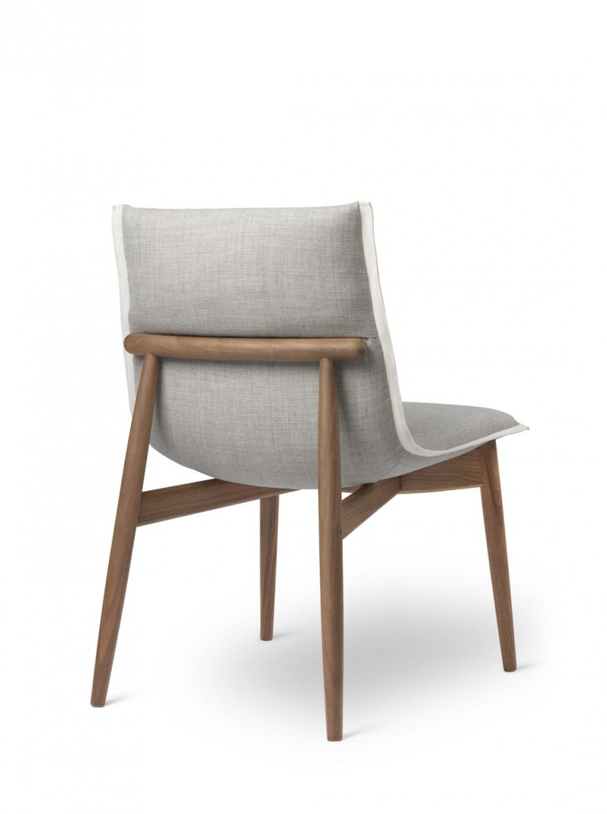 Embrace chair zonder armleuningen met frame in notelaar