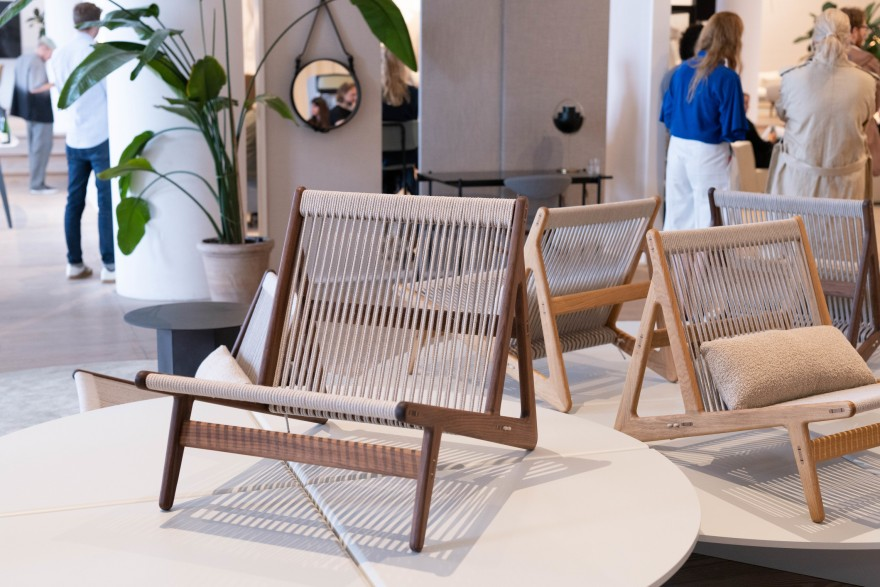MR01, Initial Chair in notelaar  en eik. GUBI collection