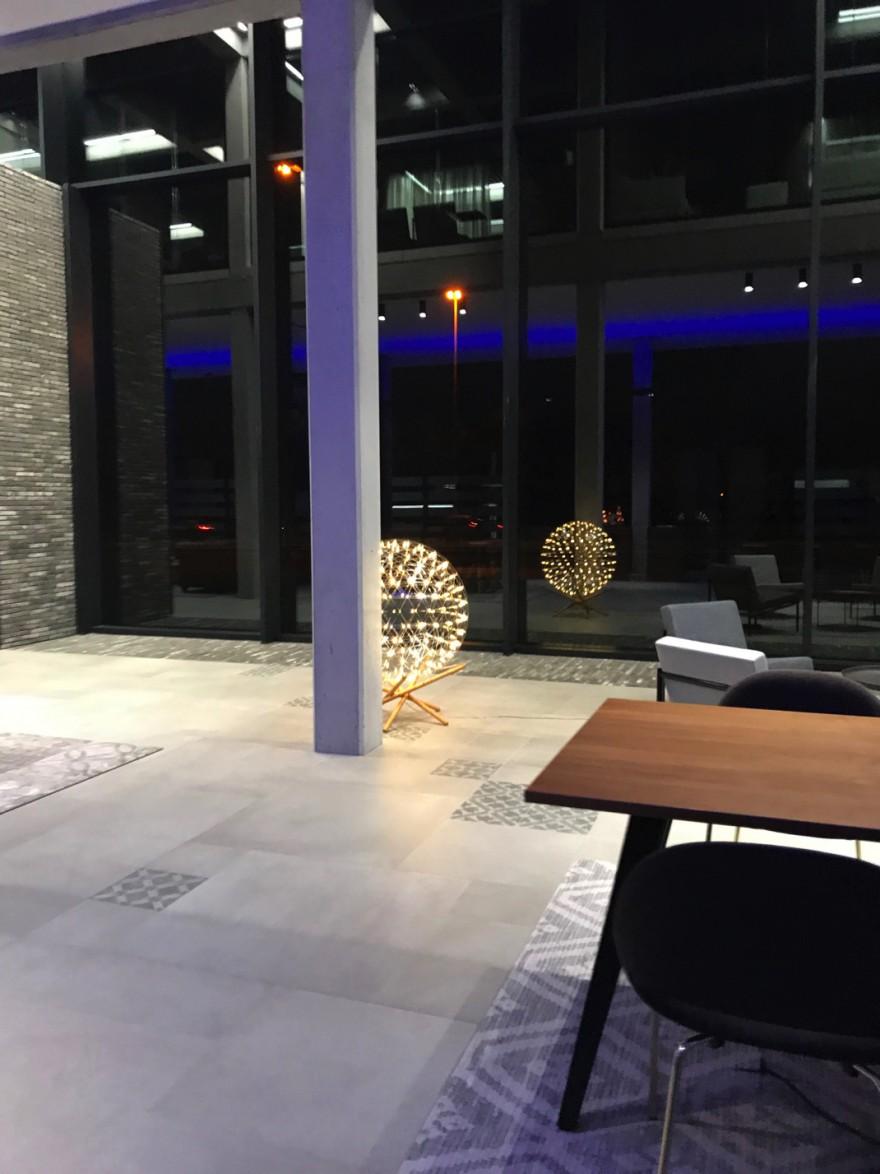 Lampadaire Raimond: un éclairage innovant dans un centre de formation de renommée mondiale le long de l'autoroute