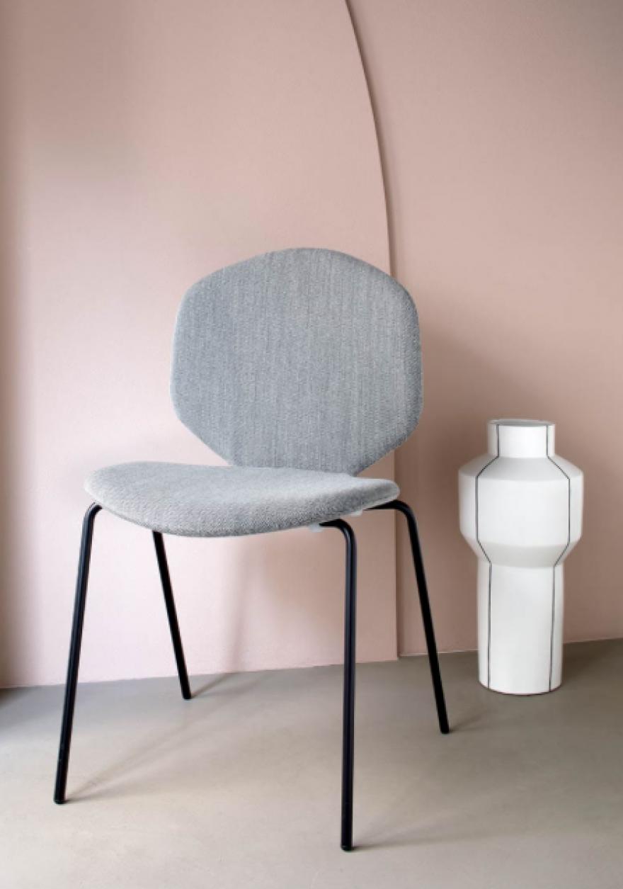 De gestoffeerde LOULOU stoel biedt interessant project potentieel