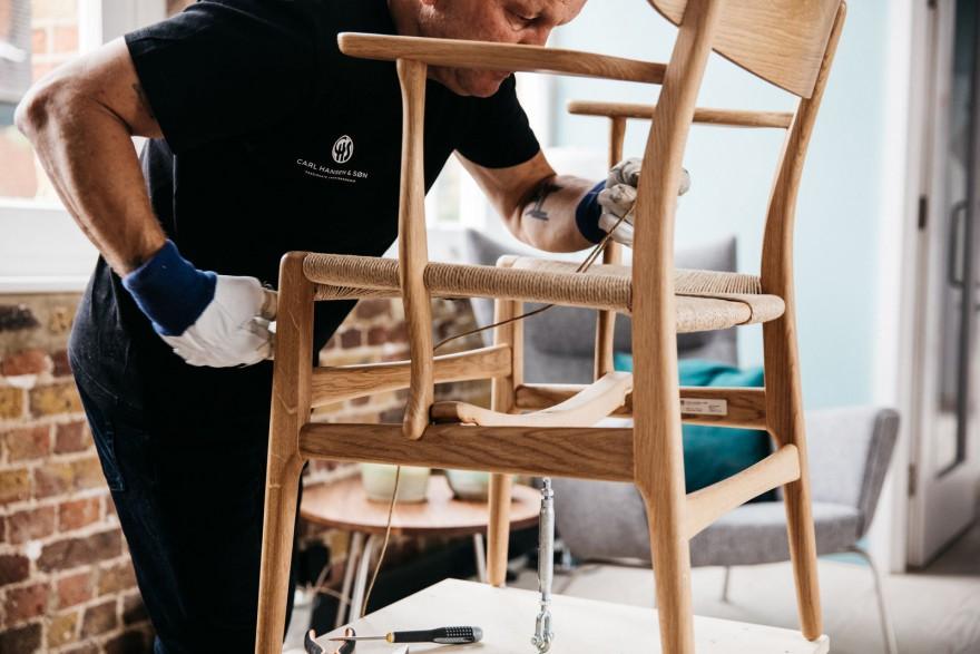 Papierkoord als materiaal voor de zitting van icliische stoelen van de Deense Modernisten
