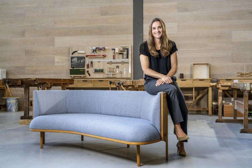 Designer Rikke Frost bij haar creatie