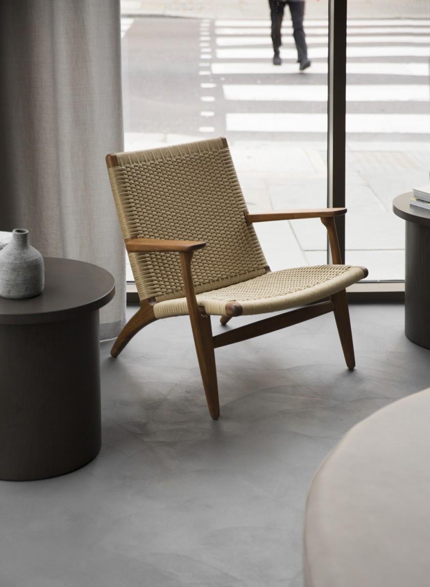 In de CH25 lounge chair is bijna 500 meter papierkoord verwerkt: 8 tot 10 u manueel weven voor een geoefende vakman kman 8 tot 10 u manueel weven... e chair
