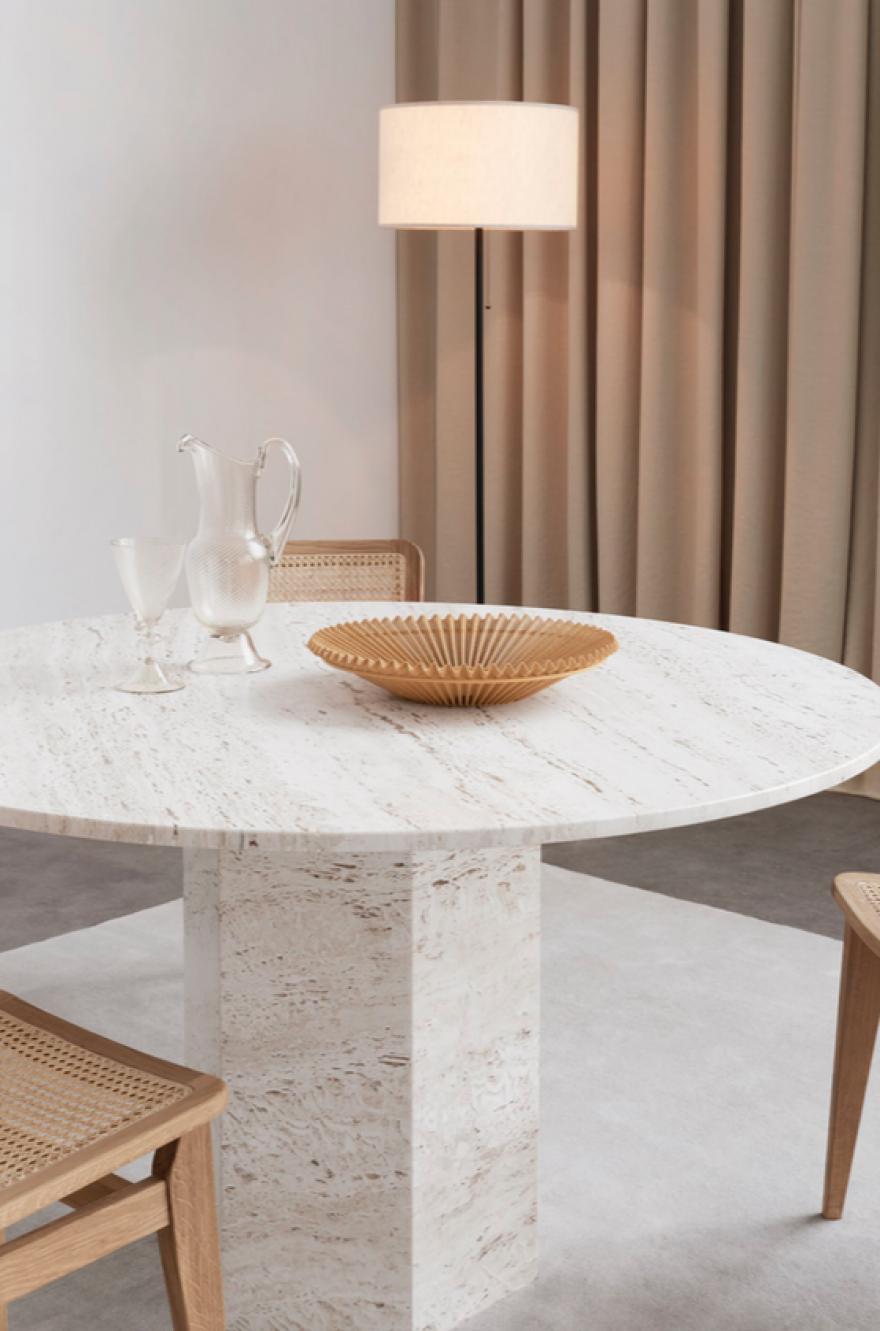 La table à manger EPIC en travertin - Collection Gubi Design: GamFratesi