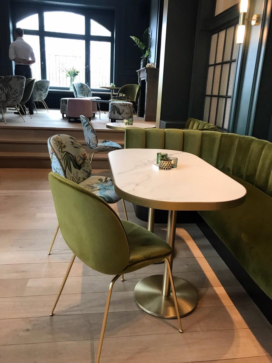 Beetle dining stoelen in velours en bloemen motief. Met brass onderstel