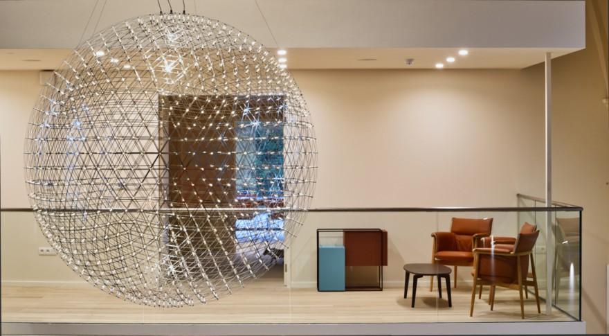 Transparante verbinding tussen 2 verdiepingen met Raimond lamp (MOOOI)