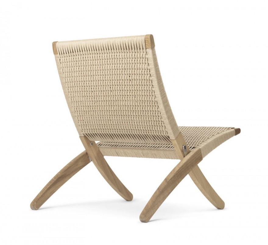 Une chaise pliante simple mais élégante en chêne avec cordon de papier naturel