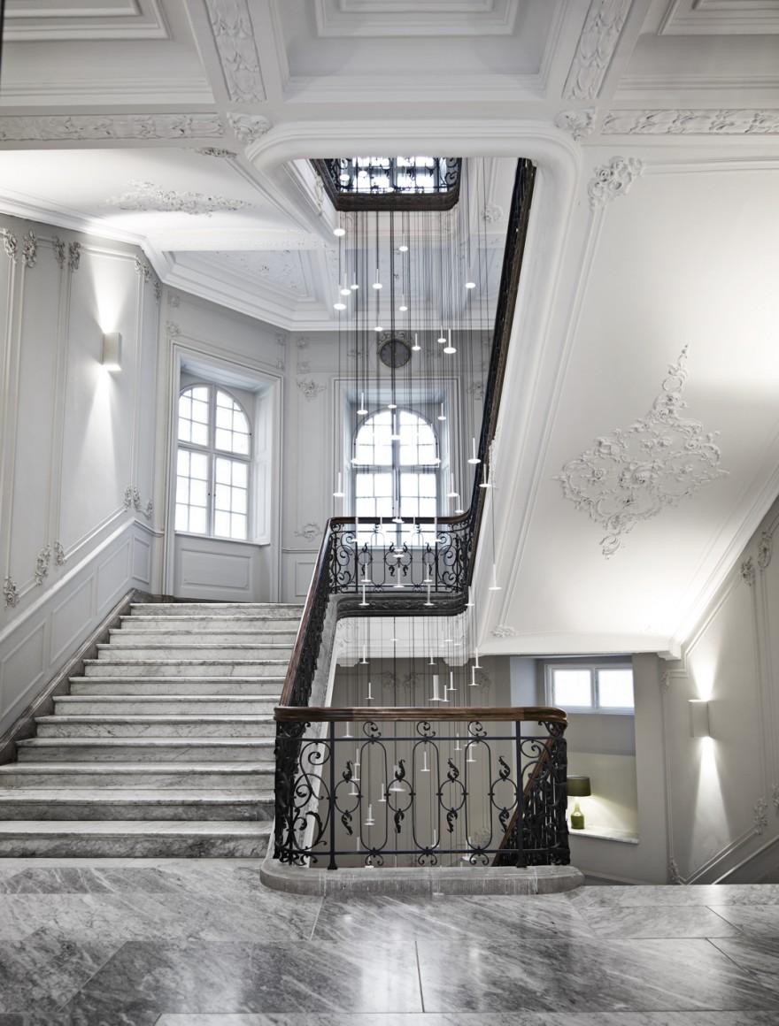De imposante hal van hotel Nobis in uitgezuiverd Deens classicisme