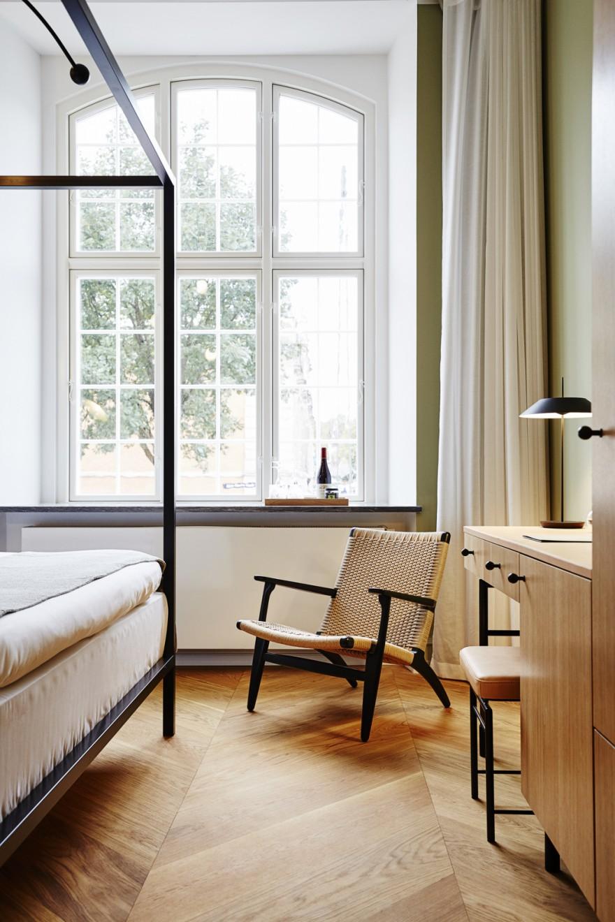 De CH25 (design 1950, Hans J Wegner) siert de luxe kamers...