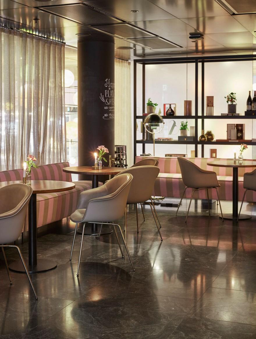 Chaises BAT avec rembourrage avant à l'hôtel At Six à Stockholm