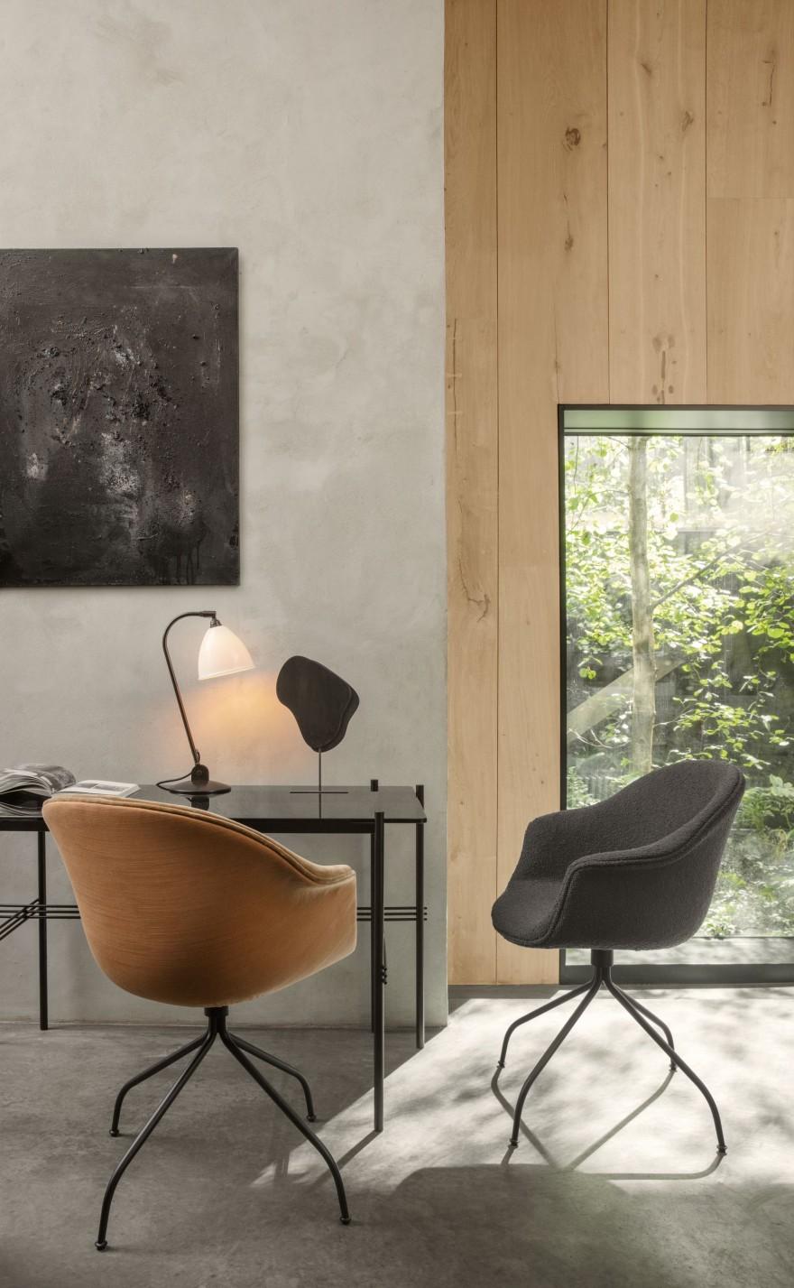BAT Meeting chairs en TS Table van GamFratesi (GUBI) en Bestlite tafel lamp (1930, design)