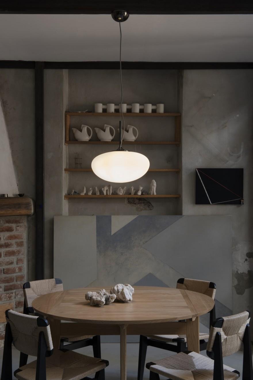 Ronde B-Tafel en C Chairs van Marcel Gascoin met de Stemlite hanglamp van Bill Curry