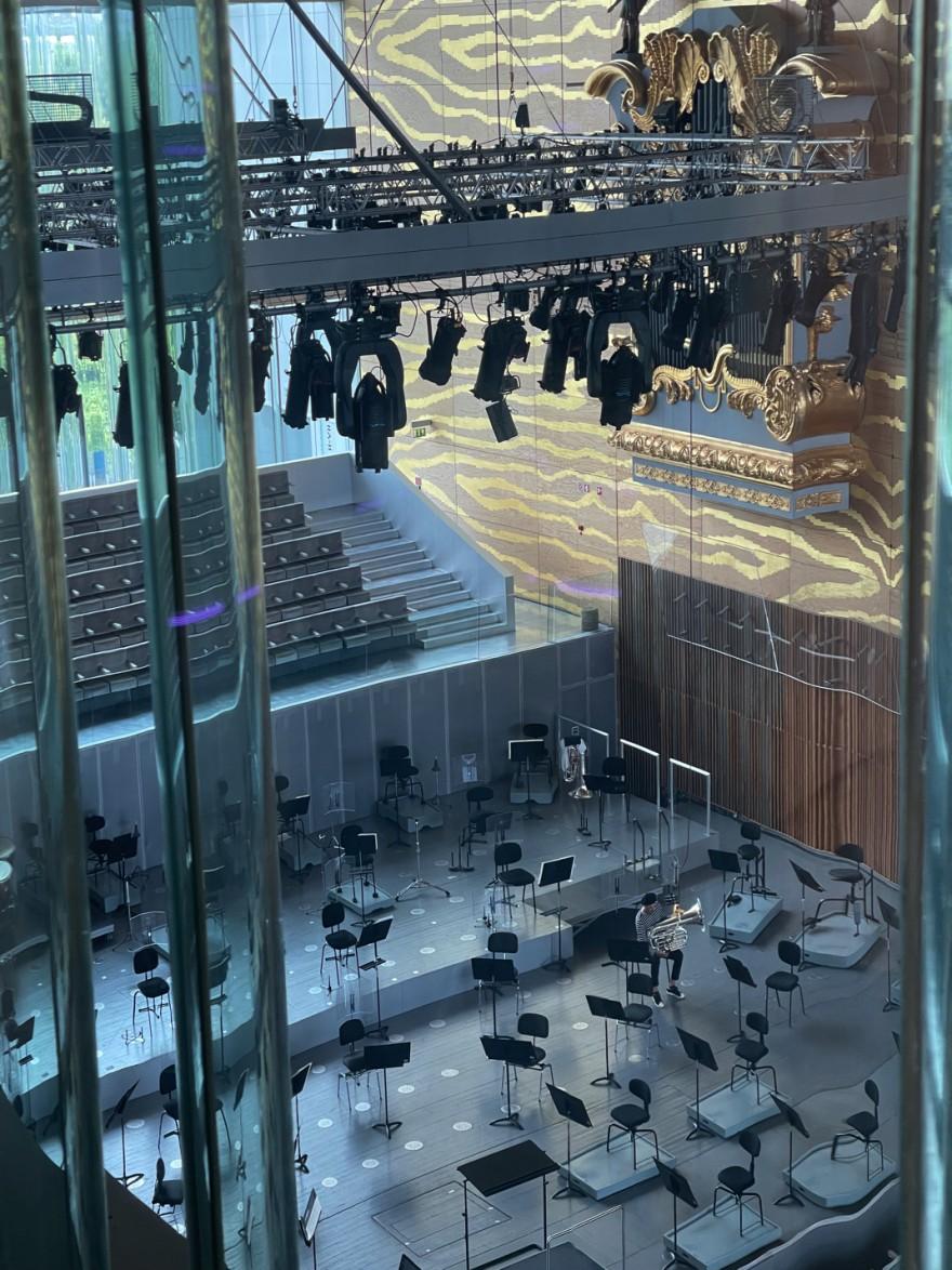 Inkijk in de grote zaal vanuit een zijzaal: transparantie én daglicht als meerwaarde