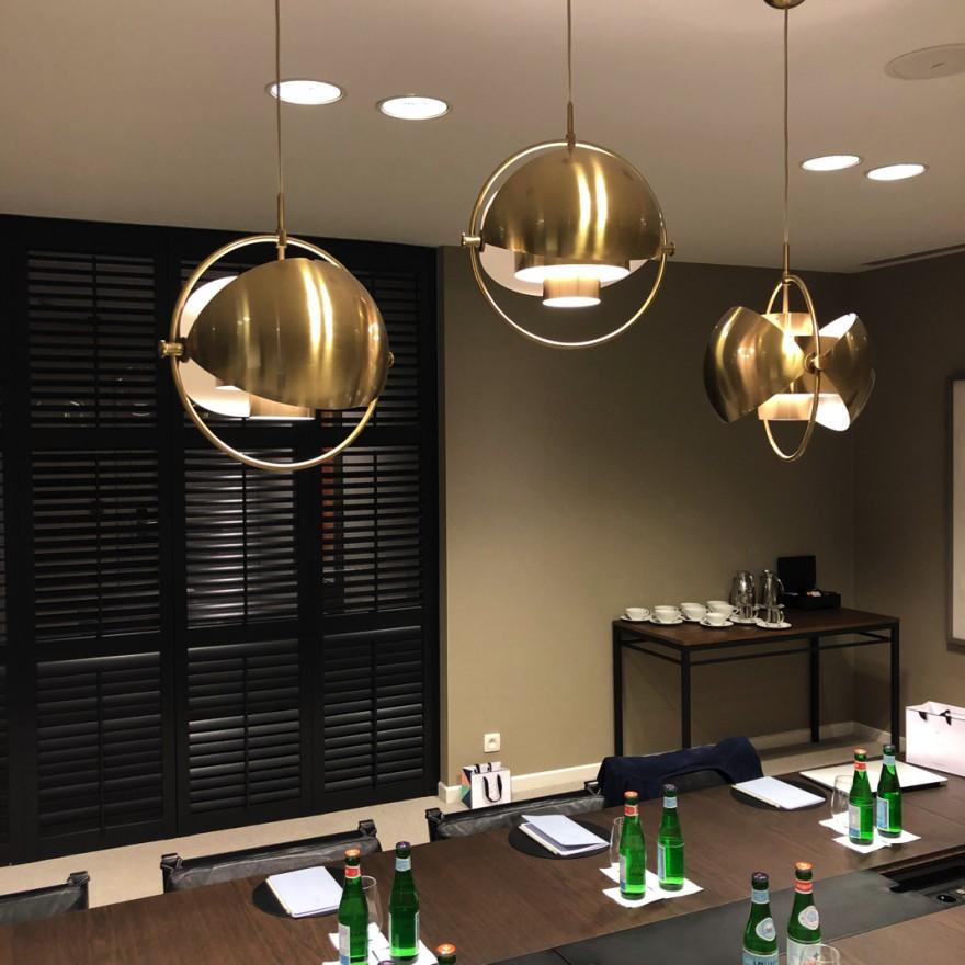 ook in de vergaderzalen van Pillows dragen de MULTI-LITE lampen bij tot een huiselijke gezelligheid.