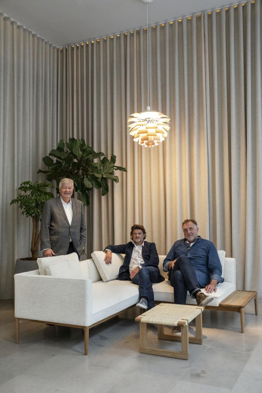 EOOS designers & K.E. Hansen in de EMBRACE Modulaire Sofa (nieuw)