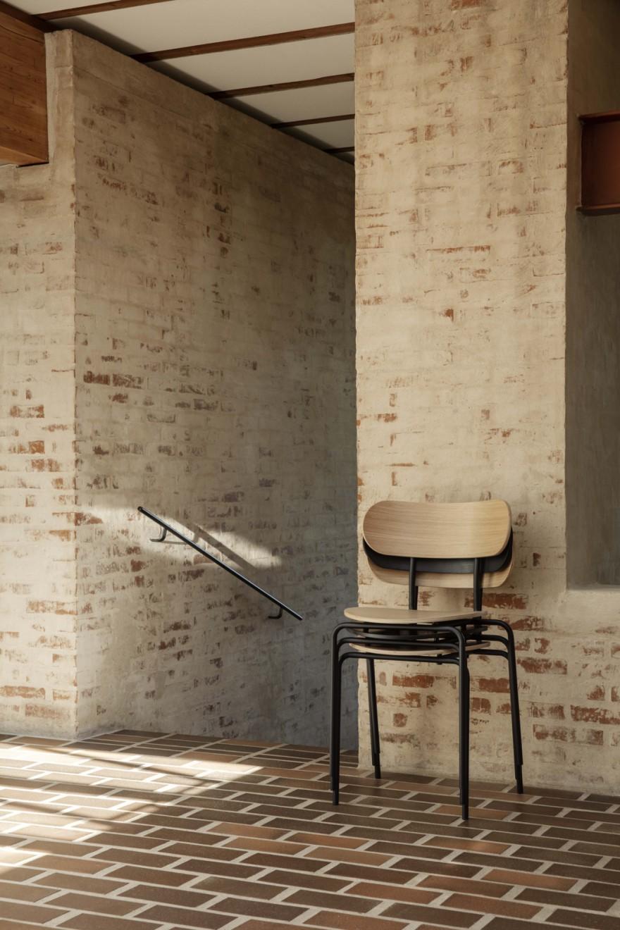 De stapelbare Coco stoel in hout (nieuw)
