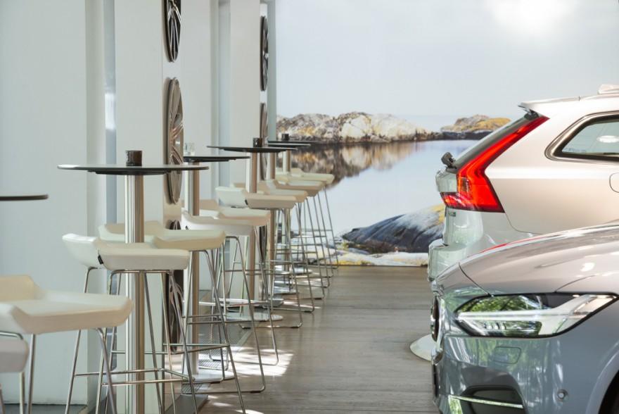 Happy barstoelen van Swedese wereldwijd in VOLVO showrooms
