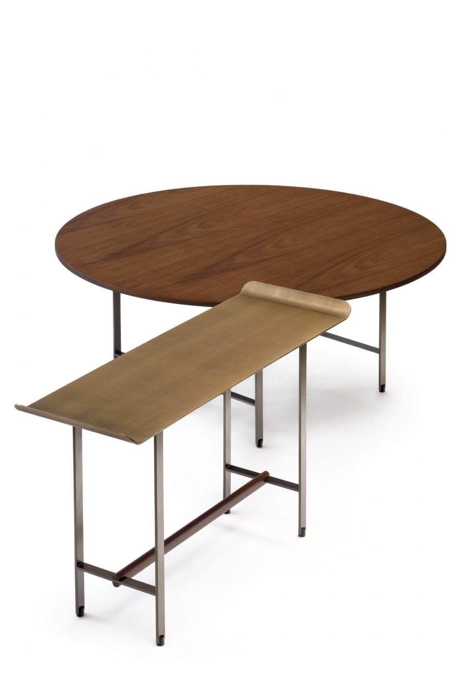 """Ronde bijzettafel met top in notelaar en rechthoekige Sisters tafel met """"bronzen"""" top"""