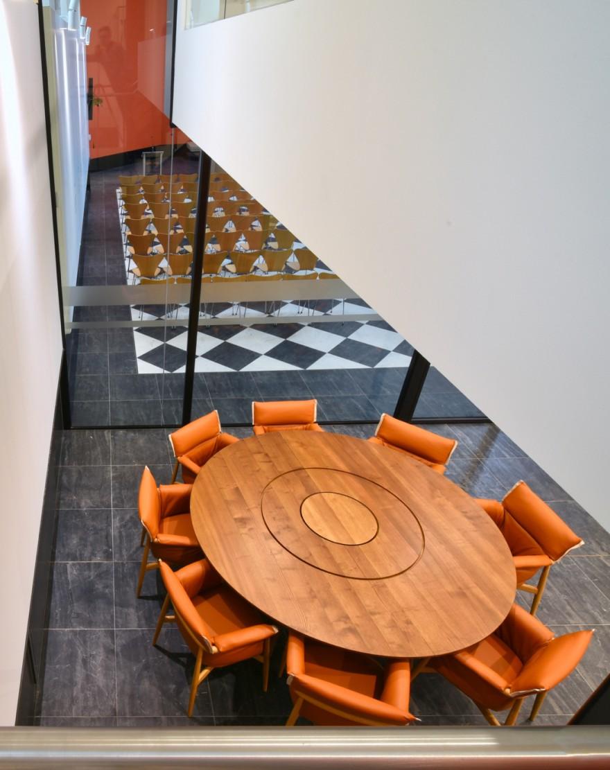 Bovenaanzicht van de super comfortabele Embrace stoelen (Eoos design, 2015, Carl Hansen & Son)