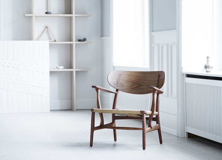 De CH22 in notelaar. Carl Hansen & Son